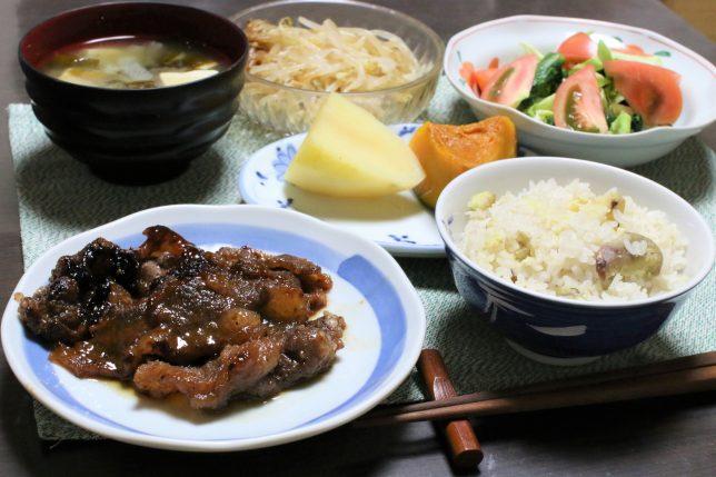 タレに漬け込んだ焦げのある焼肉(アメリカ産牛肉)
