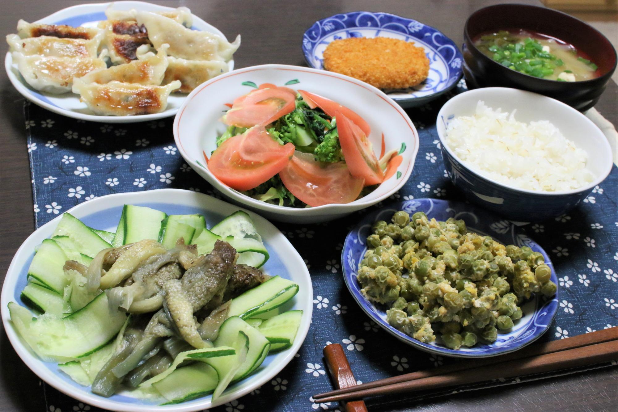 きゅうりとナスのサラダ、緑豆とたまごの煮物など野菜三種と、味の素冷凍ギョーザのメニュー
