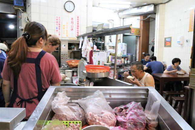 台湾(台北)の寧夏夜市にある魯肉飯の店の内観