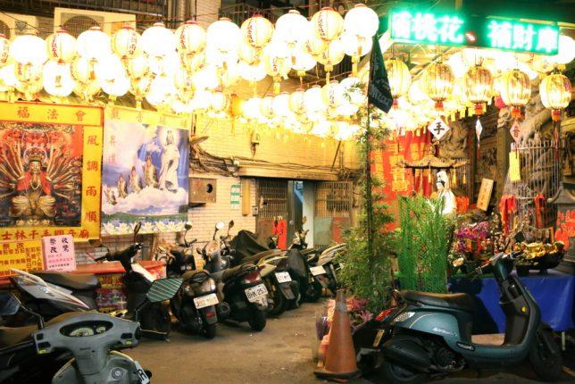 士林夜市のバイク駐輪場になっている観音様の前