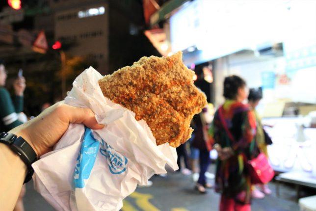 士林夜市の豪大大鶏排(巨大フライドチキン)を食べる前に記念撮影