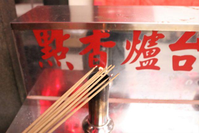 士林夜市の寺、士林慈誠宮の線香にガスバーナーで火を点ける