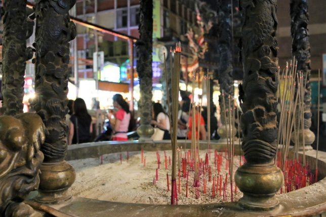 士林夜市の寺、士林慈誠宮で線香を立てる