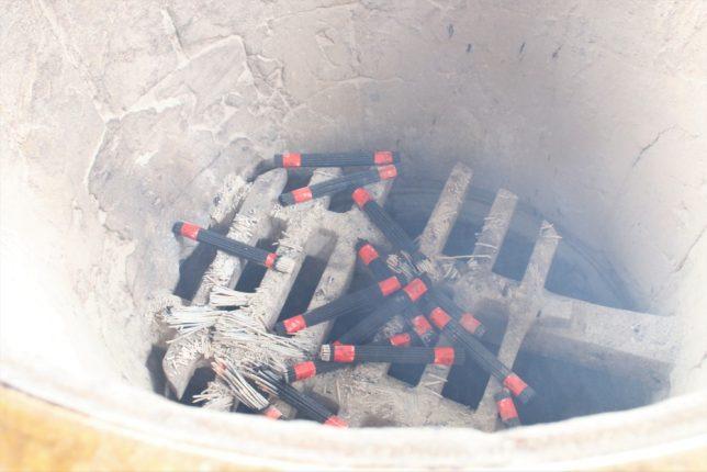 巣鴨のとげぬき地蔵尊(高岩寺)の常香炉に線香を入れて煙を浴びる