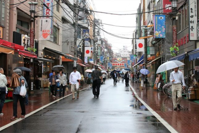 雨の日の巣鴨地蔵通り商店街の様子