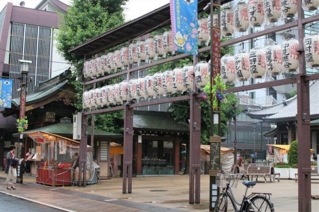 巣鴨地蔵通り商店街の高岩寺の入り口に並ぶ提灯