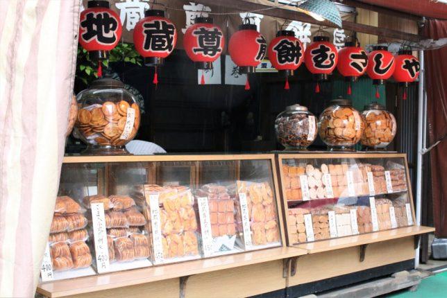 巣鴨地蔵通り商店街で「地蔵尊煎餅」を売るむさしやのショーケース