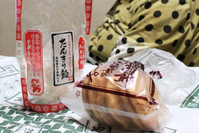 巣鴨地蔵通り商店街で買った「むさしや」の海老入り煎餅と、「金太郎飴」のたんきり飴