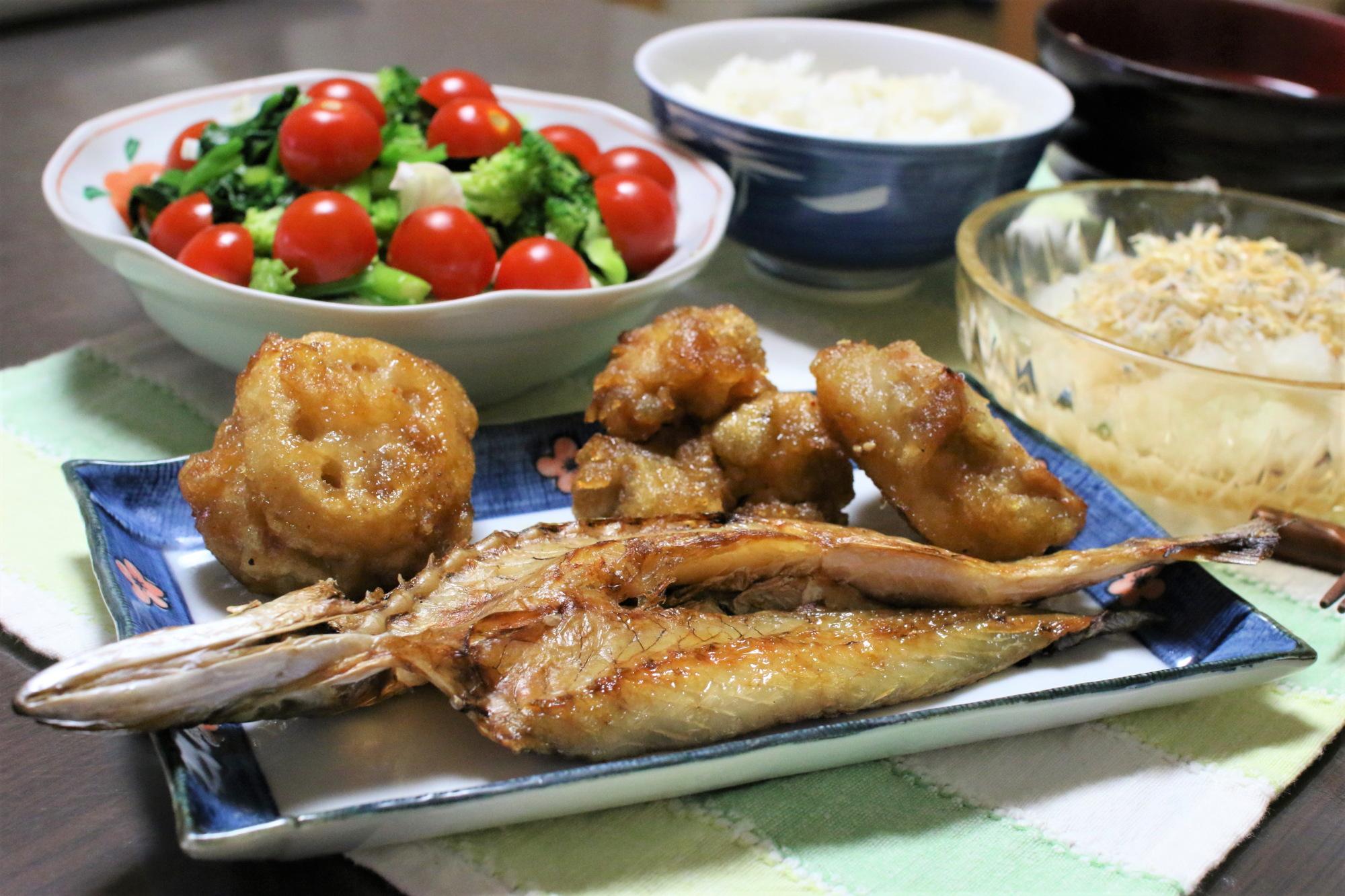カマス(魳)の干物、大根おろしなど、おばあが作った夕飯のメニュー