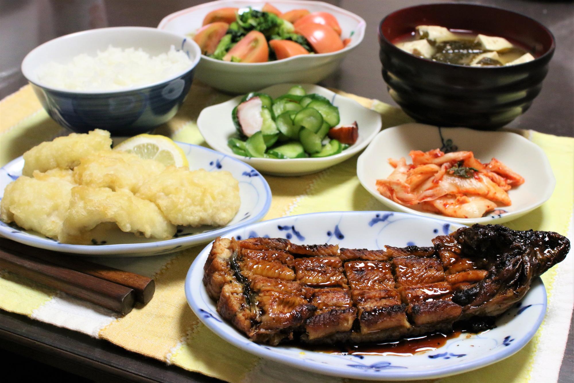 土用の丑の日におばあが用意した鰻のかば焼きと鱧の天ぷら