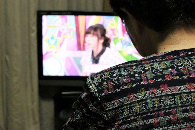 テレビでNHKの「ガッテン」をみるおばあ。この日は膝痛がテーマ