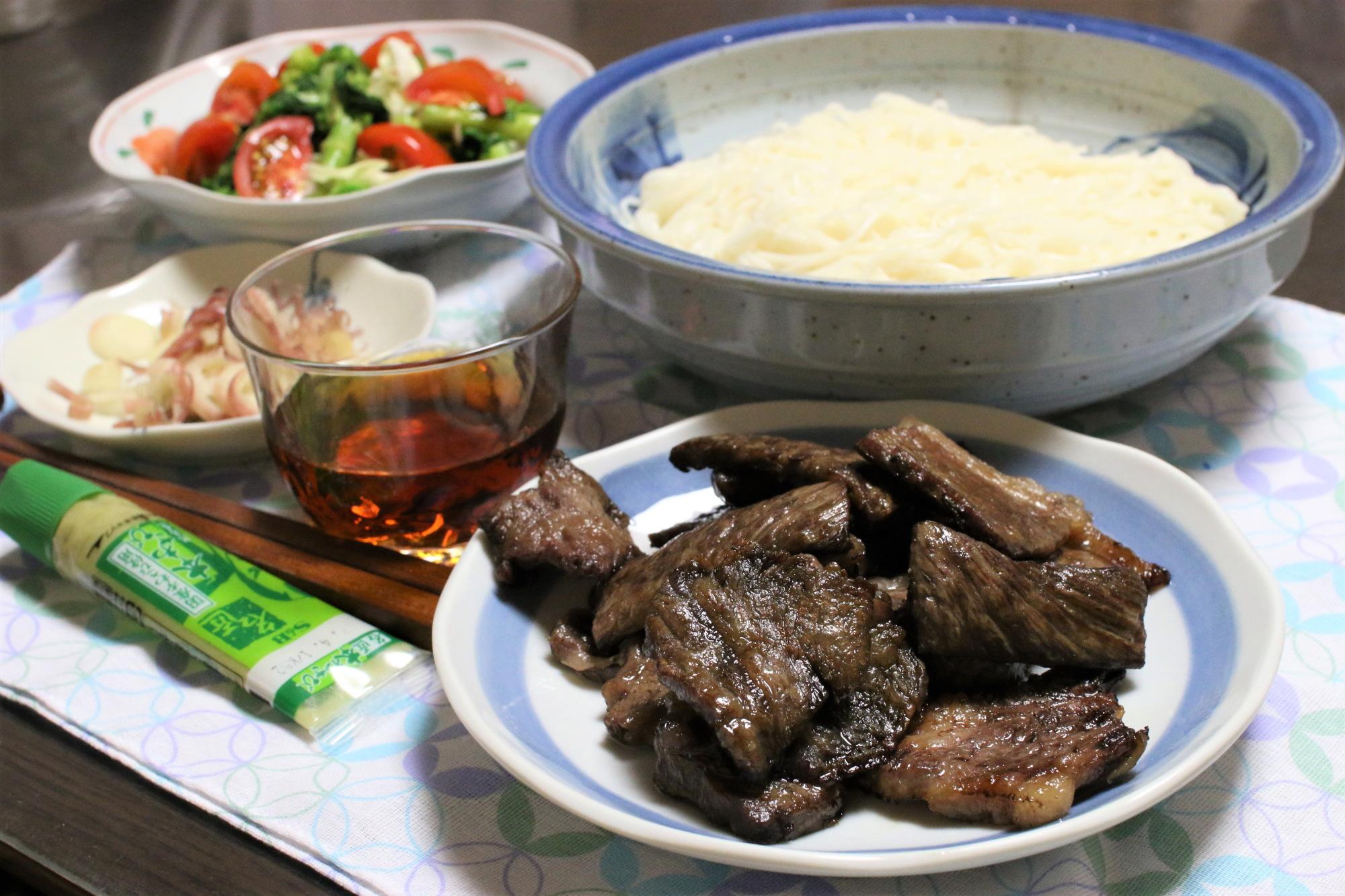 おばあがつくった焼肉とそうめんという謎の組み合わせの夕飯メニュー