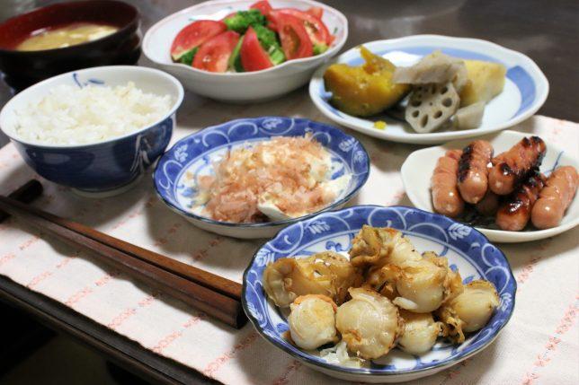 焼いたホタテ、ソーセージ、冷ややっこ、煮物など、おばあがつくった夕飯