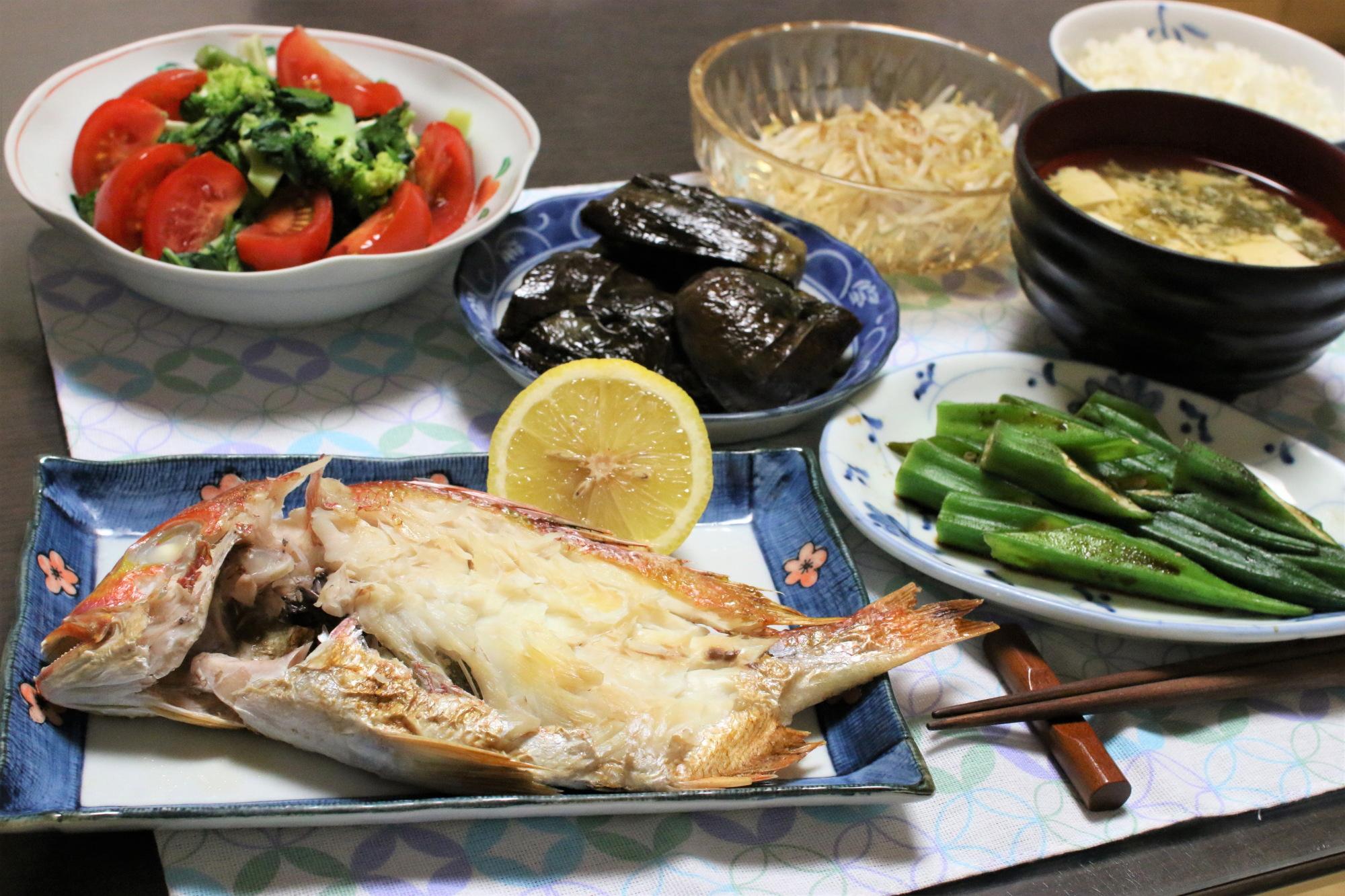 鯛の塩焼きと茹でオクラ、ナスの炊いたんなど、おばあがつくった晩ごはん