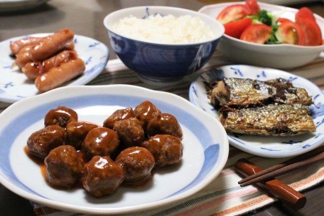 日本ハムのミートボール(トマトソース味)とサンマなど、おばあのつくった晩ごはんメニュー