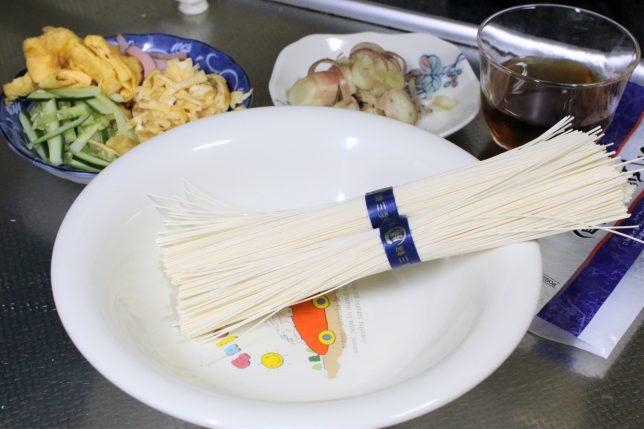 茹でる前の三輪素麺。乗せる具材もそろっている