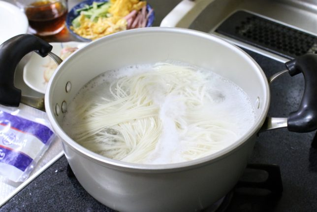 三輪素麺を茹でているところ