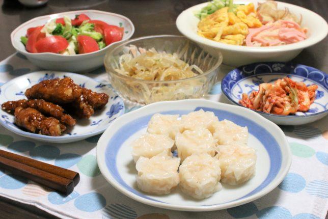 具材のせ素麺とシュウマイ、揚げた鶏肉の甘酢あえなど、おばあがつくった晩ごはんのメニュー