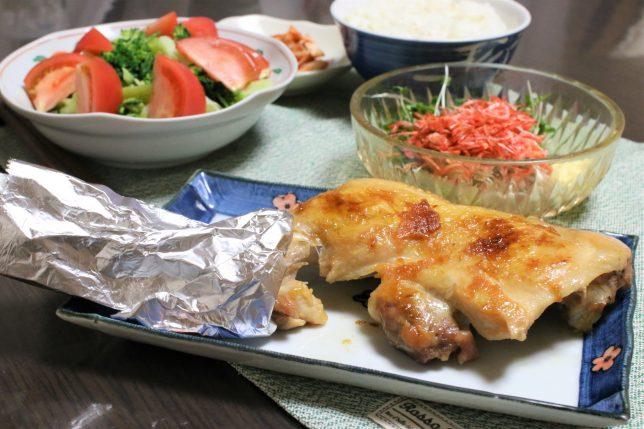 絶妙な焼き加減の鶏のもも焼きなど、おばあがつくった晩ごはんのメニュー