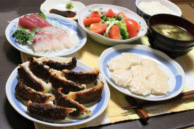 焼きすぎたギョウザと潰れたシュウマイ、刺身(3種)などおばあがつくった夕飯のメニュー