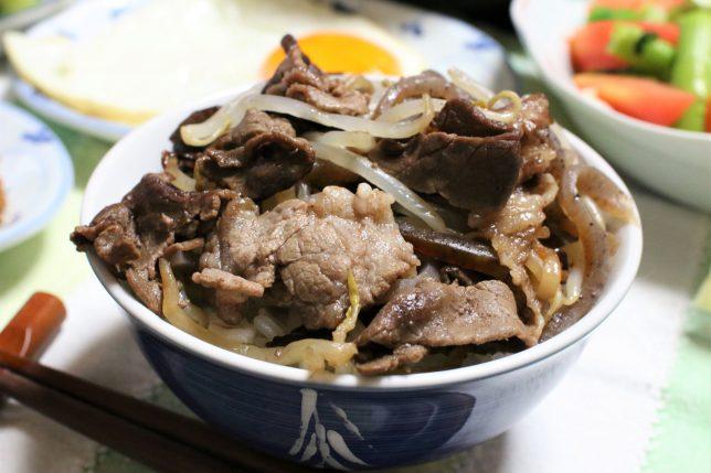 おばあがつくった「牛の炊いたん」をご飯に乗せた「牛丼」