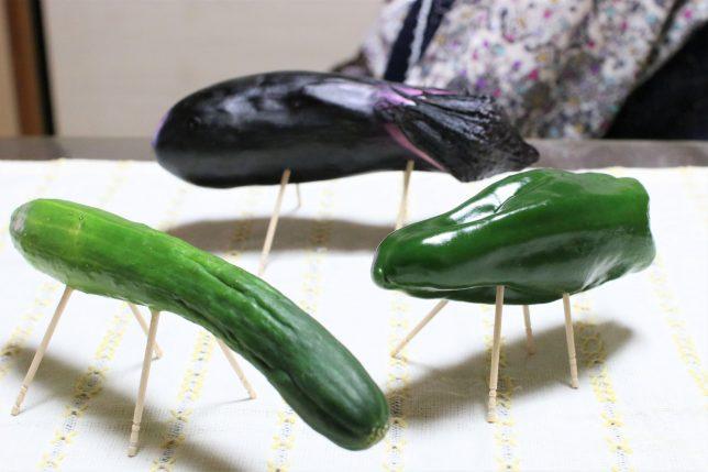 おばあがお盆に用意した精霊馬(キュウリ、ナス、ピーマン!?)
