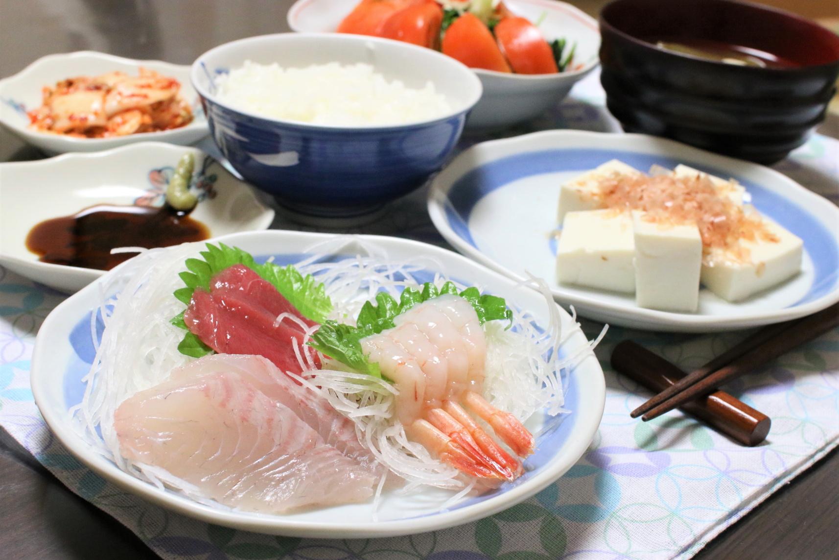 マグロと白身魚、甘えびの刺身など、おばあが用意した晩ごはんのメニュー