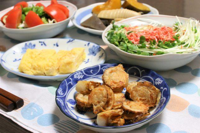 焼きホタテや玉子焼き、かいわれと桜エビのサラダなど、おばあ(祖母)がつくった晩ごはんメニュー