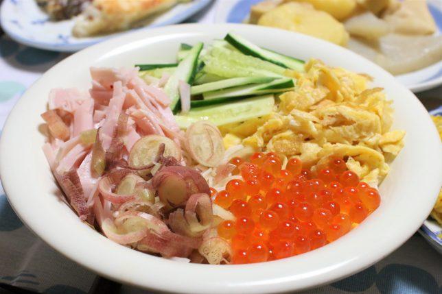 茹でた三輪素麺にキュウリ、ハム、錦糸たまご、ミョウガ、それに加えてイクラの醤油漬けをトッピングしたところ