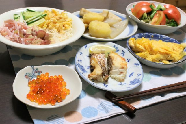 トッピングした三輪素麺、イクラの醤油漬け、焼いた鯛、たまご焼きなど、おばあがつくった晩ごはんメニュー