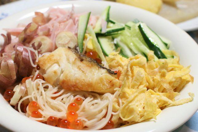 茹でた三輪素麺にキュウリ、ハム、錦糸たまご、ミョウガ、それに加えてイクラの醤油漬け、焼いた鯛をトッピングしたところ