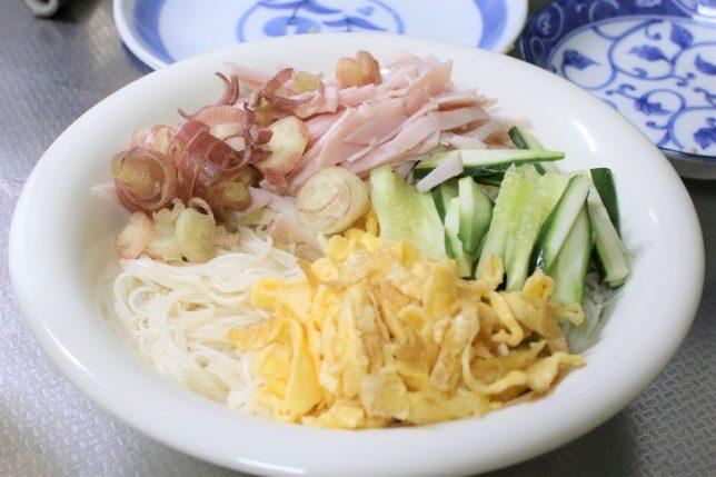 茹でた三輪素麺にキュウリ、ハム、錦糸たまご、ミョウガをトッピングしたところ