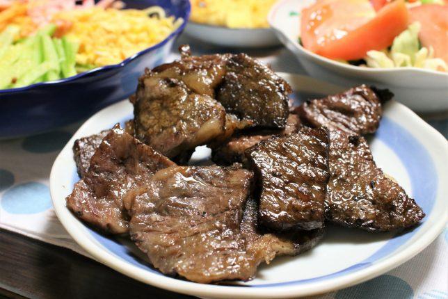 冷やし中華風スペシャルパスタがあるのに、いい牛肉を焼いたものをおばあが追加