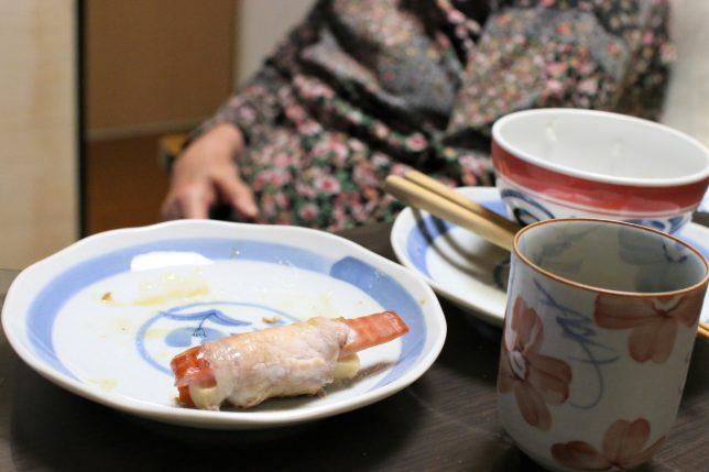 豚肉巻き(にんじんと高野豆腐)など、夕飯を食べ終わったおばあ
