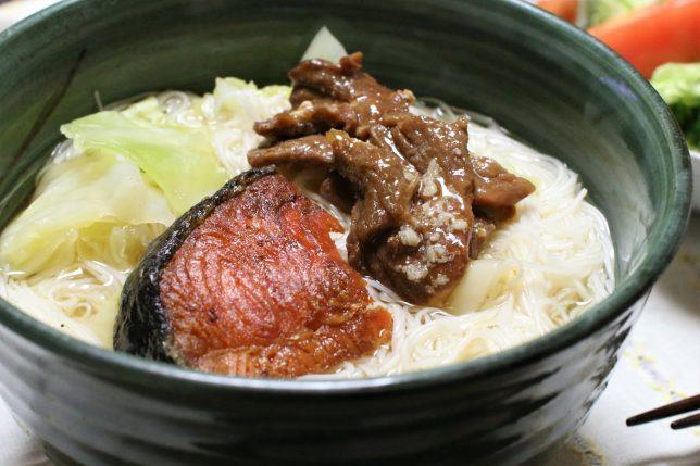 キャベツ入りにゅうめんに、鮭の塩焼きと缶詰の牛の大和煮をトッピング
