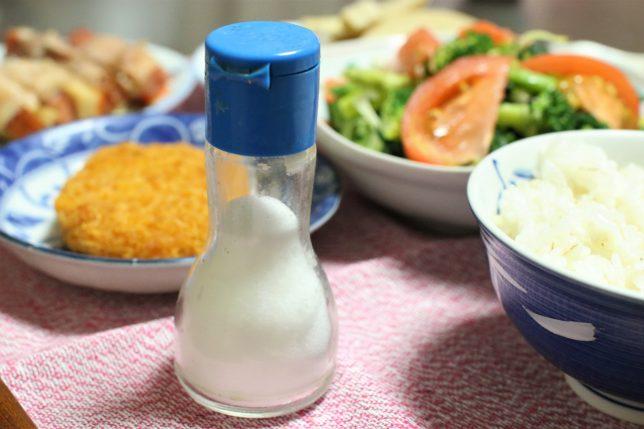 おばあが用意した塩。豚肉巻き(にんじんと高野豆腐)にかけるため。