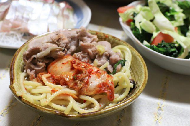 中華そば入り鍋を小皿に取り分け、鶴橋のキムチをのせたところ