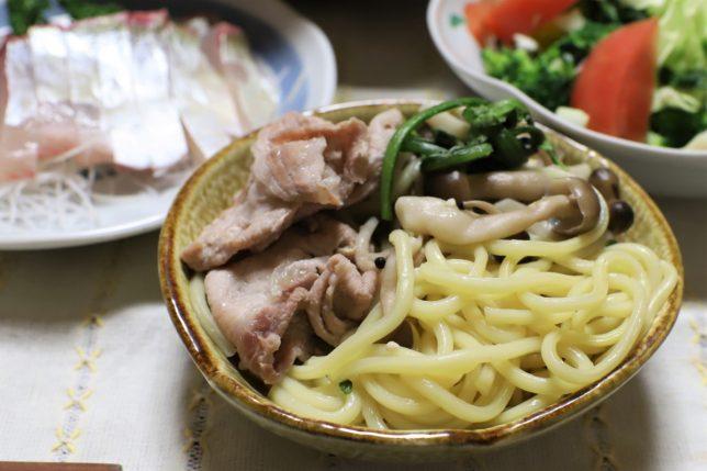 中華そば入り鍋の具材を小皿に取り分けたところ