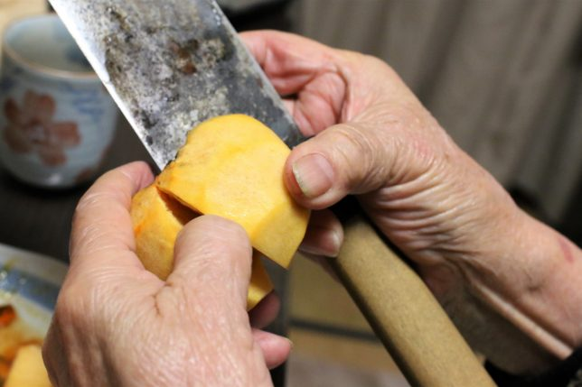おばあが柿の皮をむく