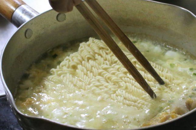 おばあが夕飯に用意したサッポロ一番塩ラーメンをつくっているところ