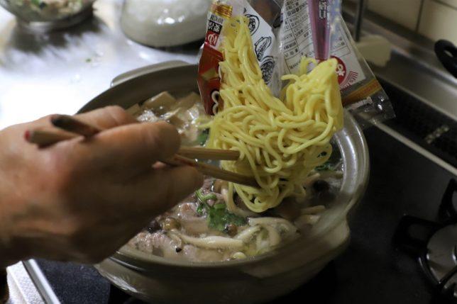 鍋の中におんちの中華そばを投入するところ