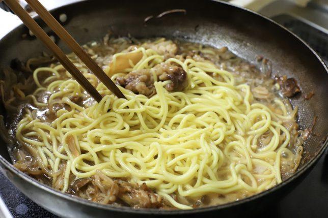 すき焼きの残りに、中華麺を入れてかき混ぜているところ