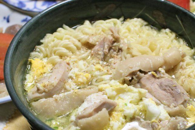 おばあが夕飯に作ったサッポロ一番塩ラーメン(玉子と鶏肉入り、野菜なし)