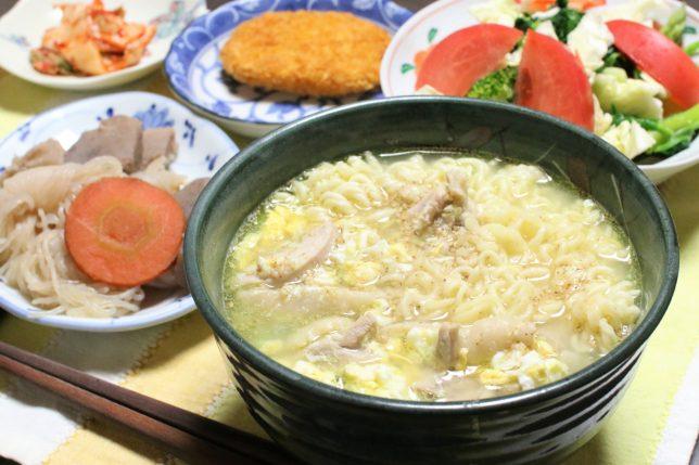 サッポロ一番塩ラーメン(玉子と鶏肉入り)など、おばあが作った夕飯のメニュー