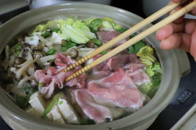 おばあとケンカした僕が自分で寄せ鍋に豚肉を入れているところ