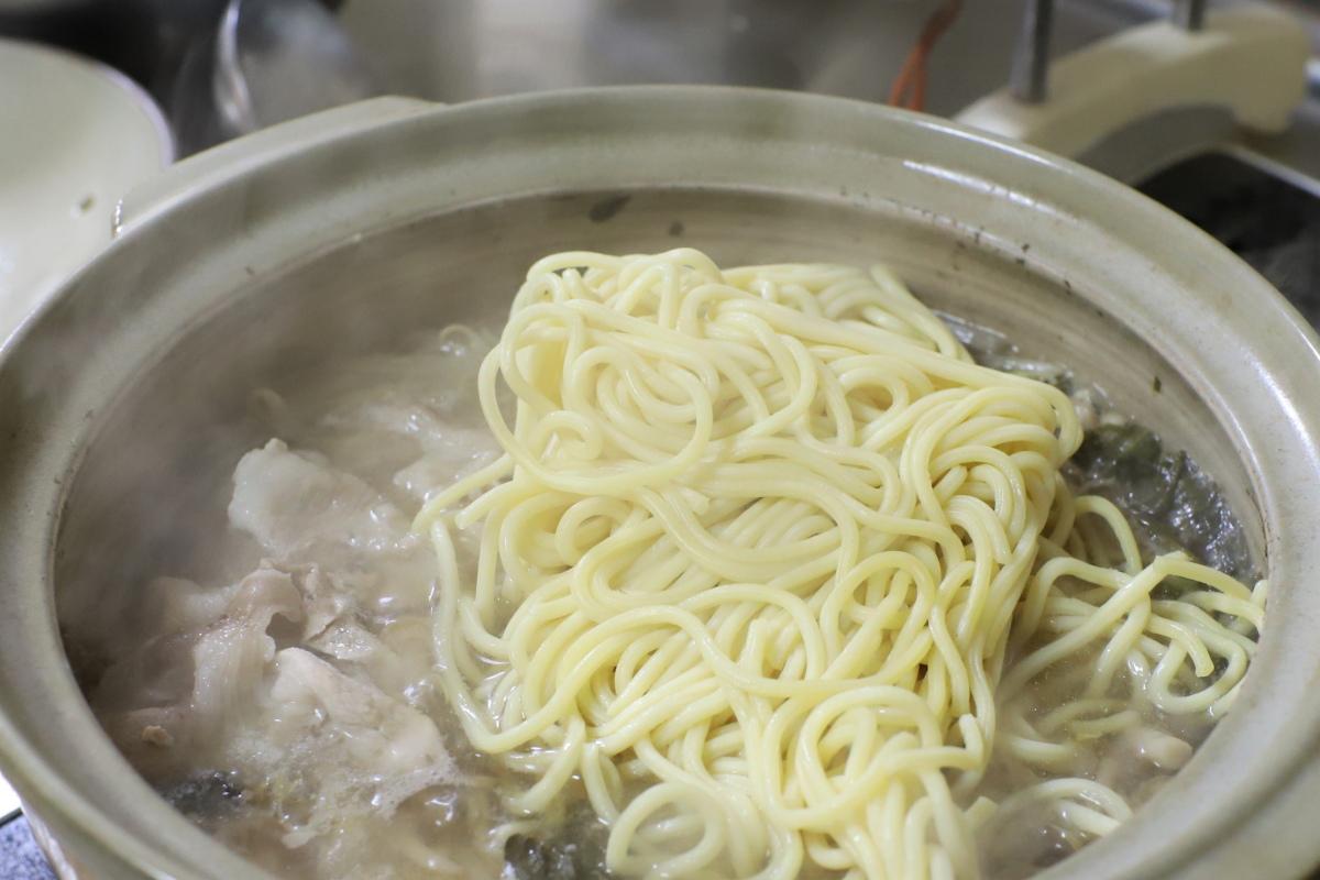 二日目の鍋に中華麺を投入したところ
