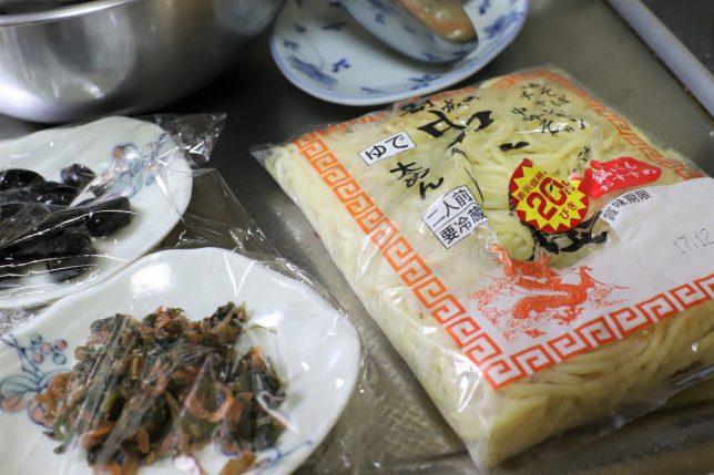 おばあが用意した中華麺とラップのかかったおかず