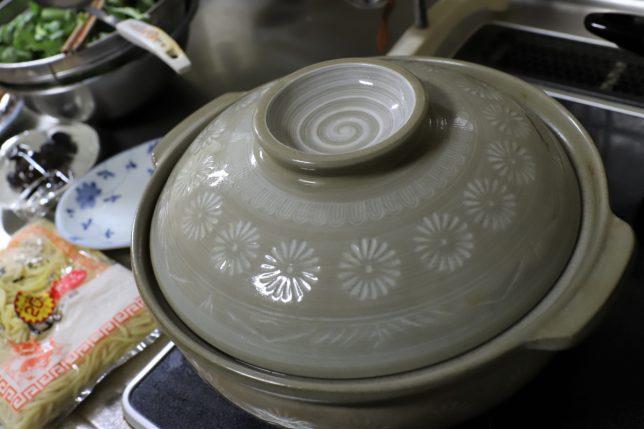 台所の土鍋と中華麺