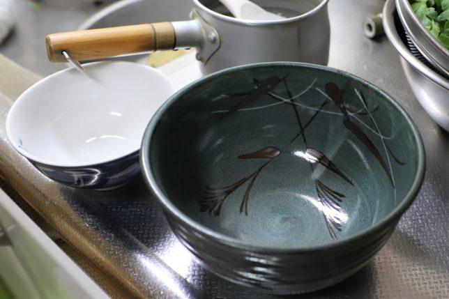 台所に用意されているラーメン用の丼ぶりとお茶碗