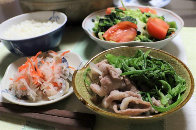 春菊が山盛りの鍋など、おばあがつくった野菜たっぷりなメニュー
